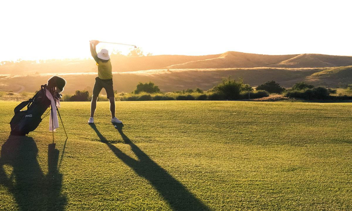 En golfspelare gör sig redo för utslag